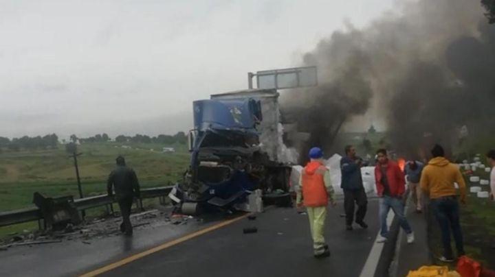Accidente entre 2 tráileres deja a un conductor muerto; quedó prensado entre metales