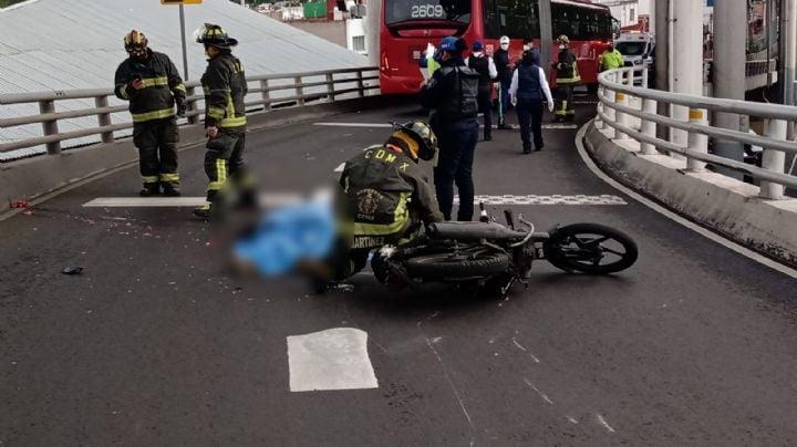 VIDEO: ¡Fatal accidente! Una unidad de transporte público aplasta la cabeza de un motociclista