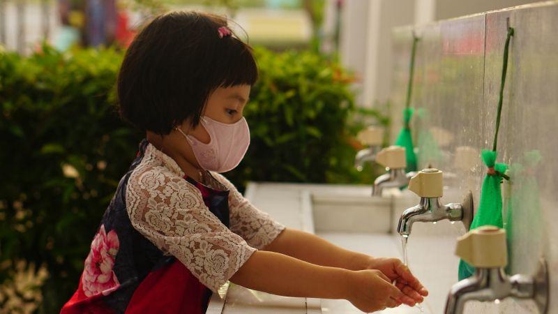 CDC desaconseja el uso de cubrebocas en aulas escolares, pese a estragos de la variante Delta