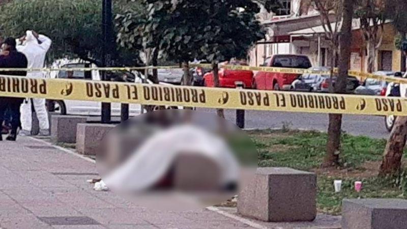 FUERTE VIDEO: Sicario ejecuta a un hombre; su cuerpo quedó en la banca de un parque