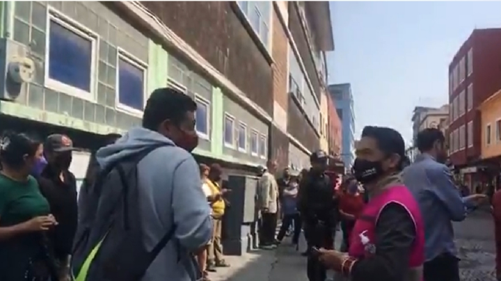 """(VIDEO) """"¡Queremos votar!"""": Con gritos, reclaman al INE falta de orden en Consulta Popular"""