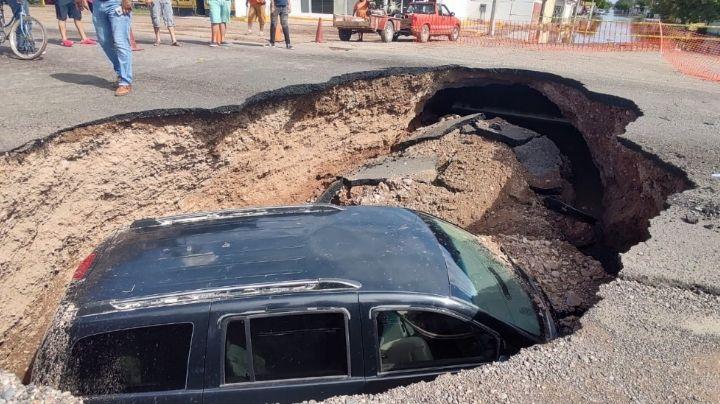 Ciudad Obregón: ¡De no creerse! Enorme socavón en la calle 300 se 'traga' un automóvil
