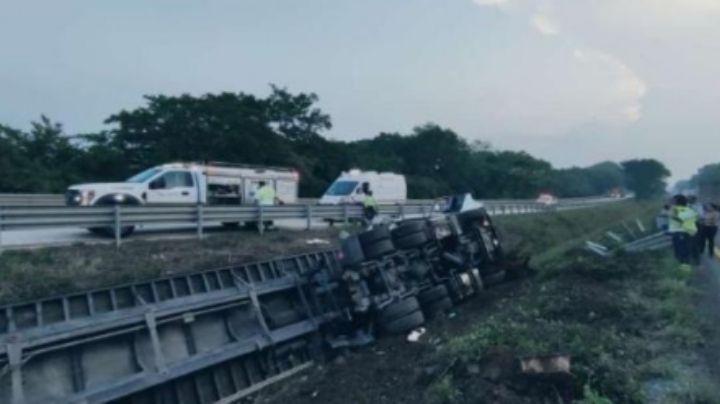 Conductor de tractocamión muere al quedar prensado entre fierros; iba a exceso de velocidad