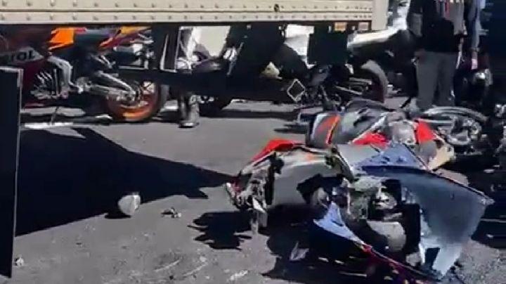 FUERTE VIDEO: Motos colisionan contra autos en carretera; hay heridos y víctimas mortales