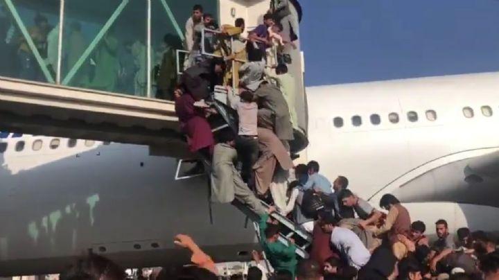 FUERTE VIDEO: Personas se aferran a los aviones y caen al tratar de huir de Afganistán