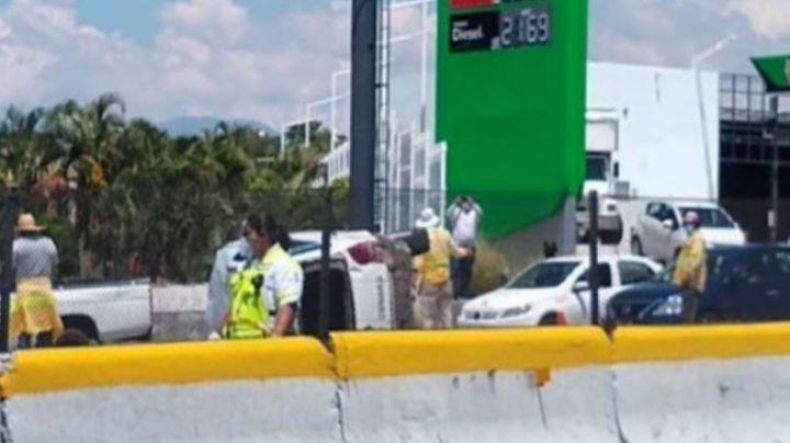 Otra vez la México-Cuernavaca: Taxista muere aplastado por su unidad tras volcarse