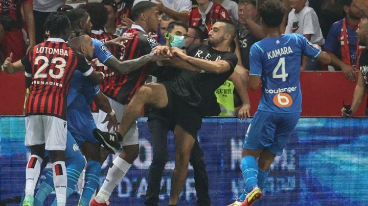 ¡Escándalo en Francia! Aficionados invaden el campo para pelear con jugadores