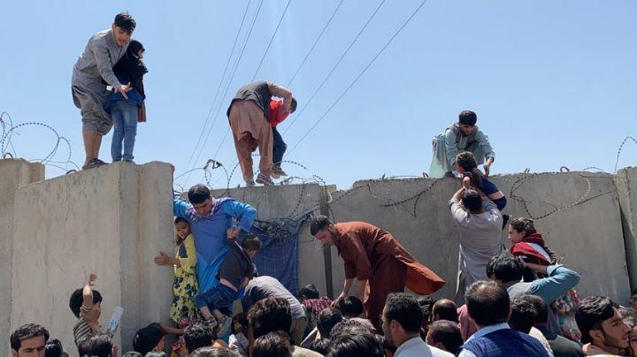 Guerra en Afganistán: Fuego cruzado en aeropuerto de Kabul deja heridos y un policía muerto