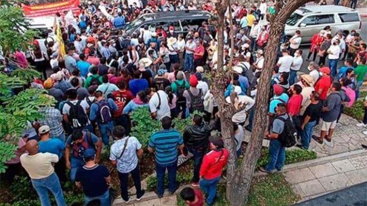 VIDEO: ¡De no creerse! De nuevo, más de 300 maestros del CNTE 'toman de rehén' a AMLO