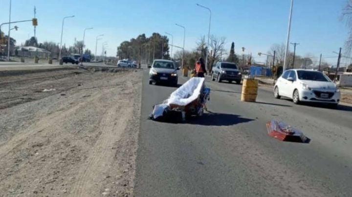 ¡Insólito! Cuerpo sin vida detiene el tránsito en plena carretera; su ataúd se cayó de un auto