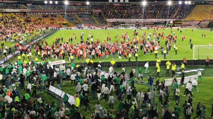 VIDEO: Brutal riña entre fanáticos detiene partido de futbol; hay una víctima ensangrentada