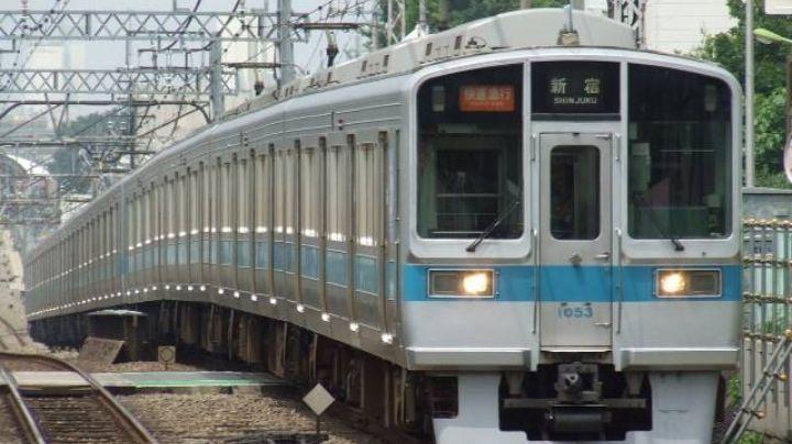 (VIDEO) Terror en Tokio 2020: Sujeto apuñala a pasajeros de un tren; hay víctimas graves