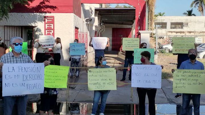 Cajeme: Jubilados y pensionados de Isssteson se manifiestan; exigen que se respeten sus pagos