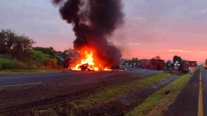 2 decesos y 8 heridos tras colisión entre tráiler y autobús en Guanajuato; uno murió calcinado