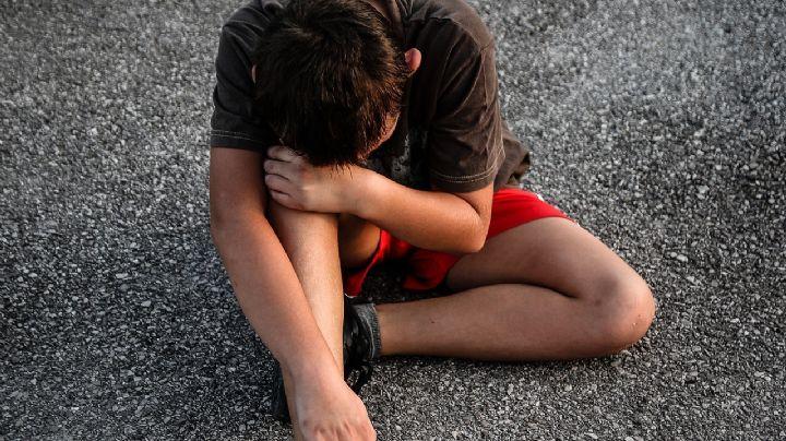 VIDEO: Caen padre e hijo por atacar a golpes a un menor; tiraron su cuerpo en una ladera