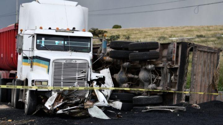 Tráiler parte por la mitad una camioneta; el conductor murió aplastado por los fierros