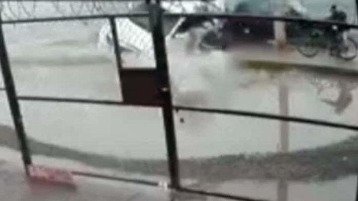 En terrible colisión, taxista atropella a un peatón y 2 ciclistas; VIDEO capta el accidente