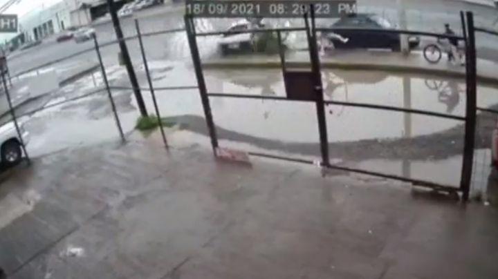 VIDEO: Taxi embiste a un peatón y a un ciclista tras derrapar en San Luis Potosí