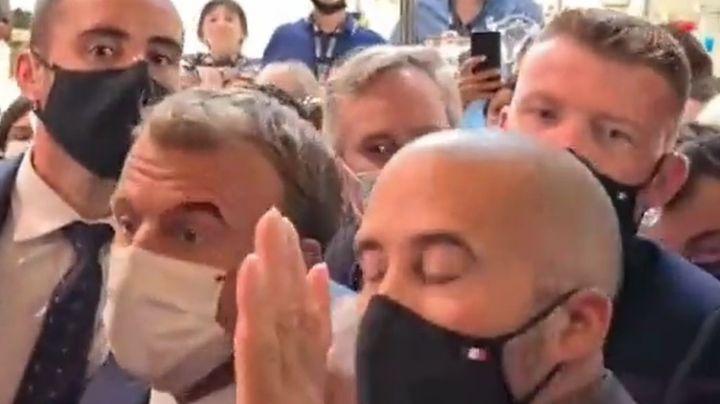 ¡De no creerse! Captan en VIDEO ataque al presidente de Francia en pleno evento público