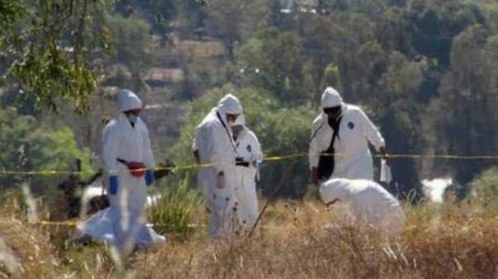 Encuentran a una mujer muerta y con impactos de bala en un terreno baldío