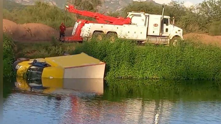 Aparatoso accidente: Vehículo repartidor de frituras cae a las aguas del Canal Alto en Cajeme