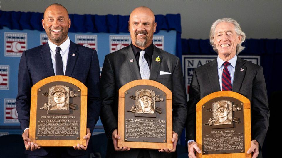 Jeter, Walker y Simmons muestran las placas conmemorativas por su inducción al Salón de la Fama de las Grandes Ligas